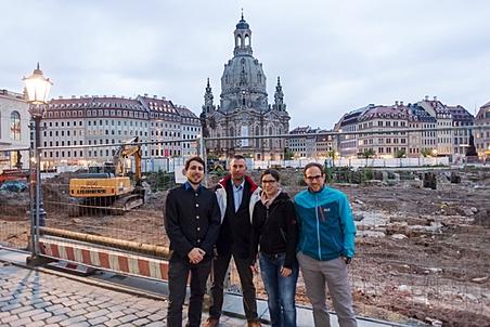 Unsere Univ.Ass. Leo Winkler, Michael Hadek, Melanie Piskernik und Christoph Winkler (v.l.n.r.) vor der Frauenkirche in Dresden. Foto: Th. Wallner