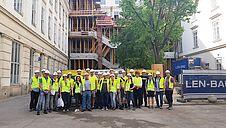 Gruppenfoto im Hof der TU Wien, im Hintergrund die Baustelle.