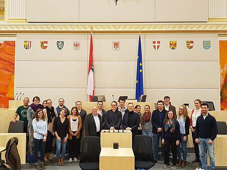 Gruppenbild mit Bundesländerwappen, Österreich-Fahne und EU-Fahne