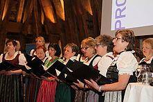rechts: Frauenchor Luftgrobm aus Buchschachen